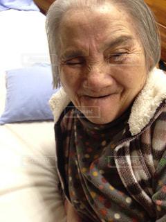 カメラに向かって微笑んでいる母の写真・画像素材[2374152]