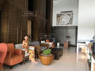 家具と大きな窓で満たされたリビングルームの写真・画像素材[2378259]