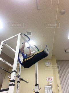 懸垂する男性の写真・画像素材[2381270]
