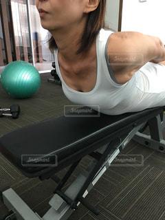 背筋トレーニングの女性の写真・画像素材[2386382]