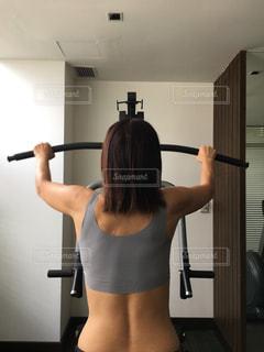 カメラに向かってポーズをとる鏡の前に立つ女性の写真・画像素材[2388800]
