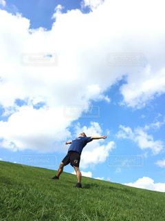 草原に立っている人の写真・画像素材[2422062]