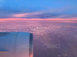 空を飛ぶ飛行機の写真・画像素材[2422246]