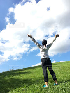草原で深呼吸をする女性の写真・画像素材[2435466]