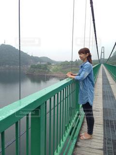 水域の上に橋の上に立っている女性の写真・画像素材[2435506]