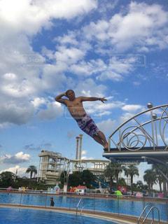 スロープからダイブ、空を飛ぶ男の写真・画像素材[2435558]