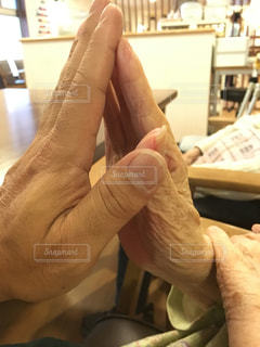 手と手を合わせての写真・画像素材[2437933]