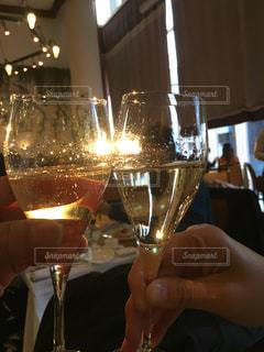 ワインを一杯持つ手の写真・画像素材[2495491]