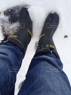 一対の足が雪の上に立っているの写真・画像素材[2700518]