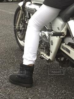 オートバイに座っている人の写真・画像素材[2701035]