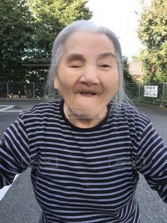 女性,風景,屋外,樹木,人,笑顔,おばあちゃん,ポーズ,ストライプ,白髪,85歳