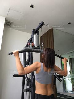 女性,風景,スポーツ,屋内,人物,背中,壁,人,運動,トレーニング,エクササイズ,ジム,ダイエット,50代,トレーニングマシン,トレーニングジム,運動器具,パワーマシン