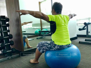 男性,スポーツ,屋内,床,人物,運動,トレーニング,エクササイズ,ジム,ダイエット,ストレッチ,バランスボール,トレーニングジム,筋力トレーニング,体幹トレーニング,ヨガパンツ
