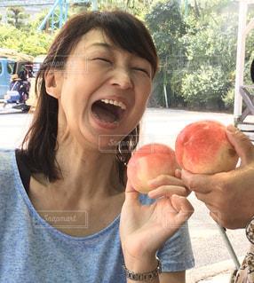 りんごを持っている人の写真・画像素材[2912247]
