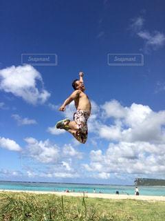 晴れた日に空を飛んでいる男の写真・画像素材[2980425]