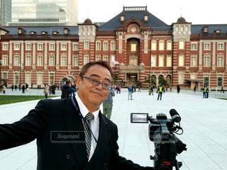 建物の前に立っている男の写真・画像素材[3010997]