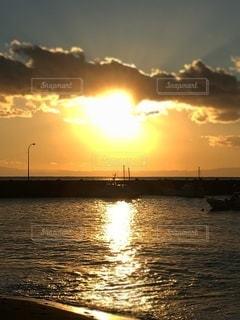 水の体に沈む夕日の写真・画像素材[3411960]