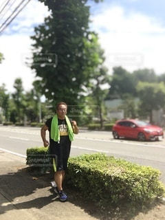道路の脇に立っている人の写真・画像素材[3435901]