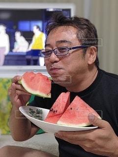 食べ物の皿を持っている男の写真・画像素材[3531708]