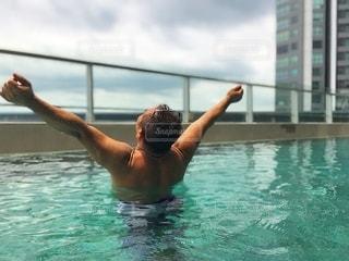 水のプールで泳いでいる人の写真・画像素材[3553033]