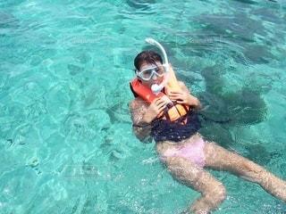 水のプールで泳いでいる女の写真・画像素材[3556472]