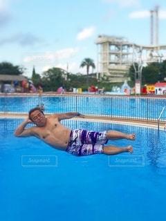 水のプールの中にいる男の写真・画像素材[3561257]