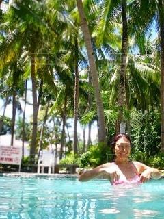 水のプールの中の女の子の写真・画像素材[3561352]