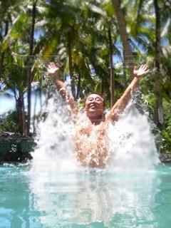 水の中を泳いでいる人の写真・画像素材[3561833]