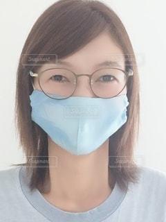 眼鏡をかけている女性のクローズアップの写真・画像素材[3566616]