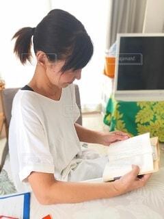 本を読む人の写真・画像素材[3691790]