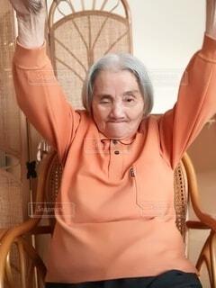 椅子に座っている女性の写真・画像素材[3801773]
