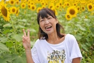 花を持っている人の写真・画像素材[3824932]