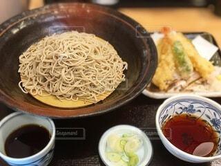 皿の上に食べ物のボウルの写真・画像素材[3996163]