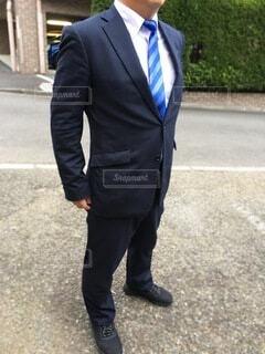 通りを歩いているスーツとネクタイを着た男の写真・画像素材[4215427]