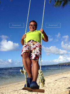 浜辺に立っている男の写真・画像素材[4385662]