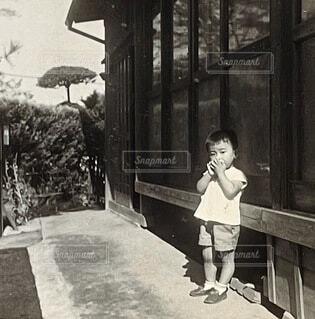 建物の前に立っている人の写真・画像素材[4777128]