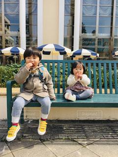 ベンチに座っている少年の写真・画像素材[2080580]