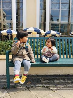 ベンチに座っている少年の写真・画像素材[2080583]