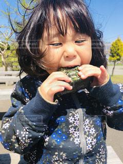 いくつかの料理を食べている女の子の写真・画像素材[2084963]