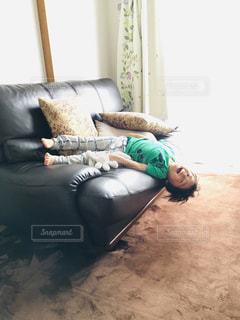 居間の茶色の革のソファーの写真・画像素材[2096620]