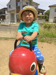 小さな男の子がヘルメットをかぶっているの写真・画像素材[2096624]