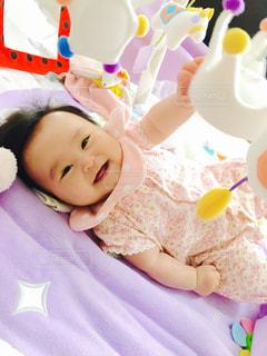 赤ん坊を抱いている人の写真・画像素材[2105392]