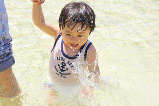 水の中に立っている小さな男の子の写真・画像素材[2122182]