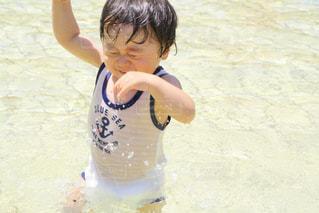 水中でフリスビーを持っている人の写真・画像素材[2122183]