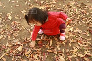 庭に座っている小さな子供の写真・画像素材[2189970]