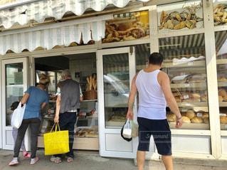 屋外,後ろ姿,パン,人物,背中,人,後姿,市場,パン屋,買い物,ブカレスト,街中,ショッピング,ルーマニア