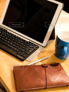 iPadでお仕事の写真・画像素材[3216074]