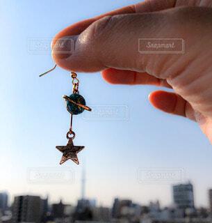 空,手,手持ち,人物,人,ピアス,ポートレート,ライフスタイル,景観,手元,星型,土星