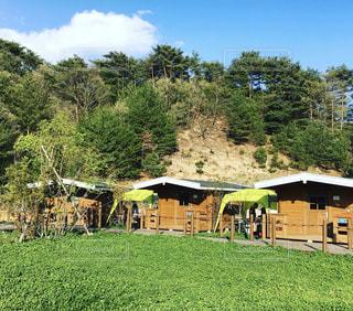 緑豊かな野原の真ん中にある家の写真・画像素材[2405164]