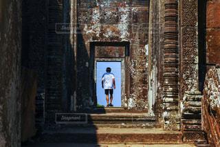 20代,後ろ姿,人物,背中,人,後姿,寺院,男の子,カンボジア,シェムリアップ
